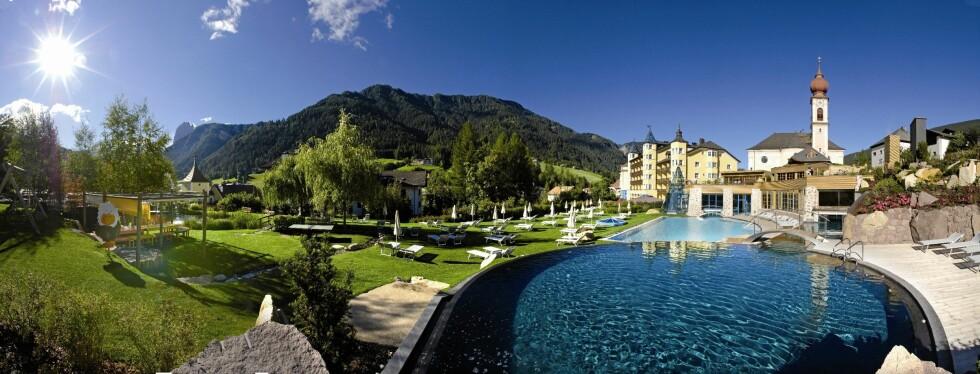 Adler Dolomiti Spa & Sport Resort tilbyr panoramautsikt over Alpene fra bassengkanten. Foto: Adler Dolomite Spa & Sport Resort