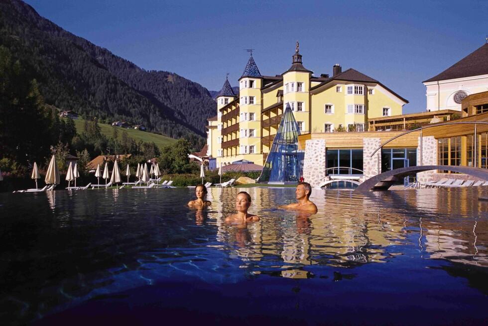Ved Adler Dolomite Spa & Sport Resort i Grödnertal i Syd-Tyrol, kan du velge mellom flere bassenger, blant annet et saltvannsbasseng med 35 grader i vannet. Foto: Adler Dolomite Spa & Sport Resort