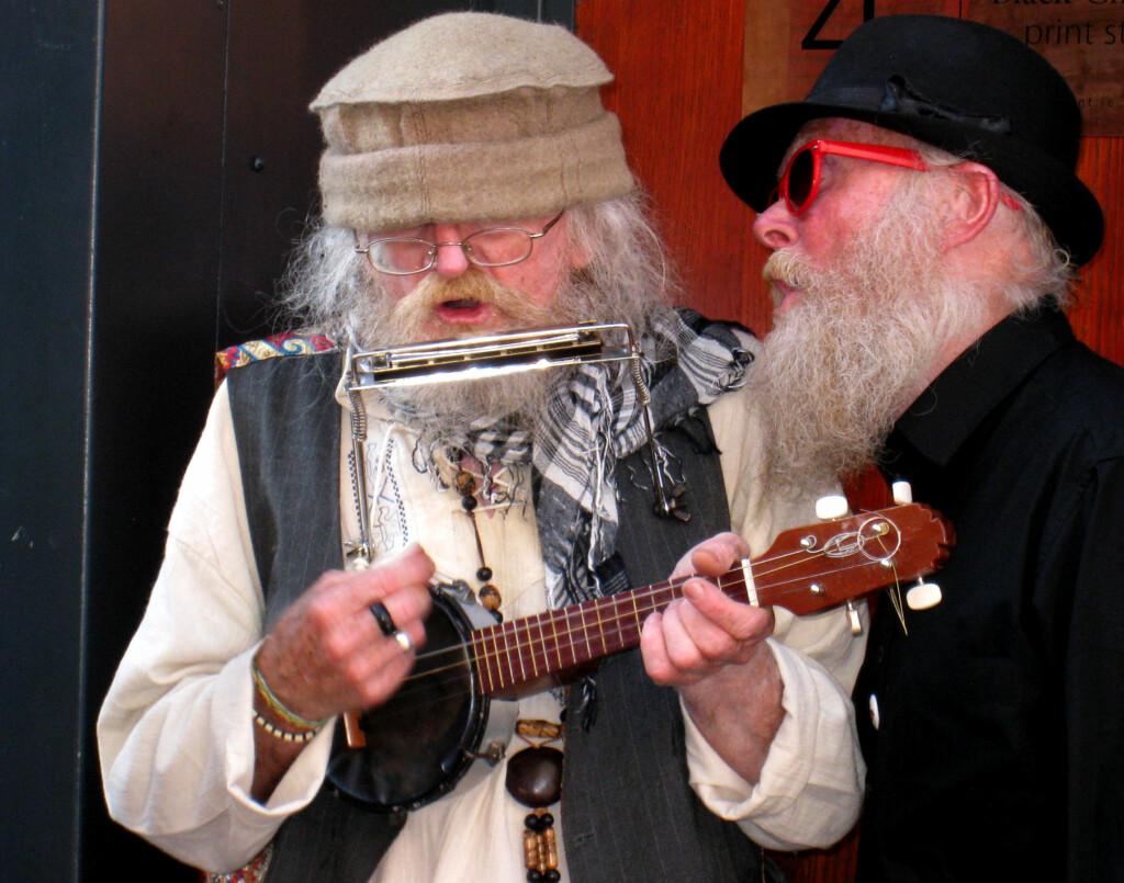 Sjansene for å møte på disse to musikantene i Temple Bar er store.