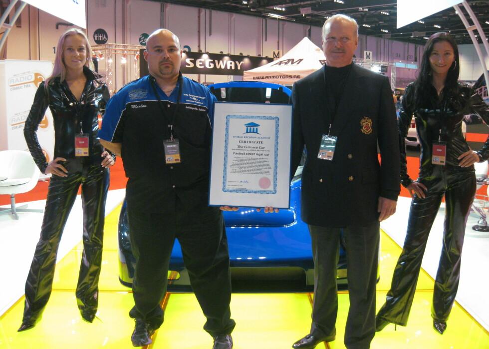 Kirby og McMahan viser stolte frem sertifikatet fra World Record Academy