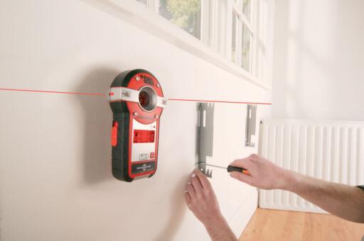 Et vaterpass, gjerne i laser, lar deg sjekke om boligen er så skjev at det vil være vanskelig å innrede. Foto: Produsenten