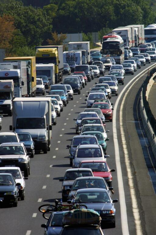 Man kan leve med litt trafikkstøy, men en støymåler kan hjelpe deg å finne ut om støyen er skadelig.  Foto: colourbox.com