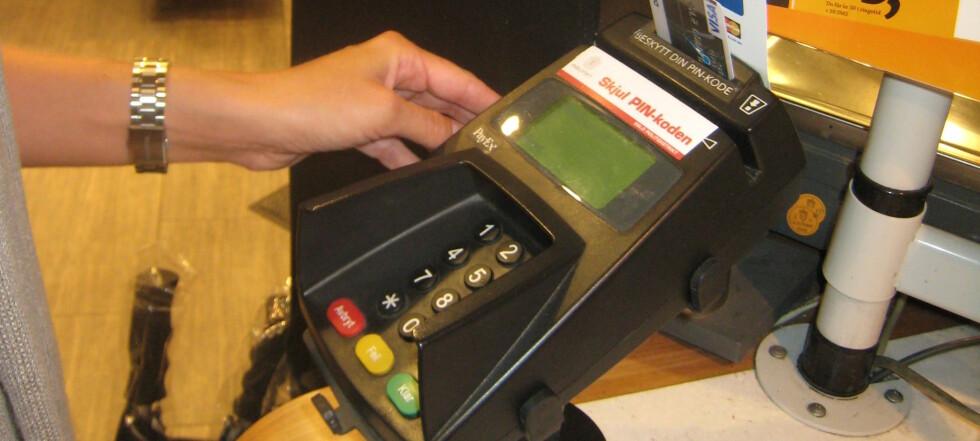 Putt kortet direkte i chiphullet, ikke prøv å trekke det først, er rådet fra bankene. Foto: Elisabeth Dalseg