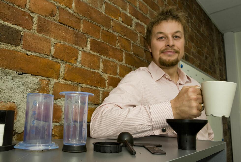 Kaffeentusiast Kent Vilhemsen viser deg hvordan du ved hjelp av disse plastikkrørene kan lage verdens (nest) beste kaffe.  Foto: PER ERVLAND
