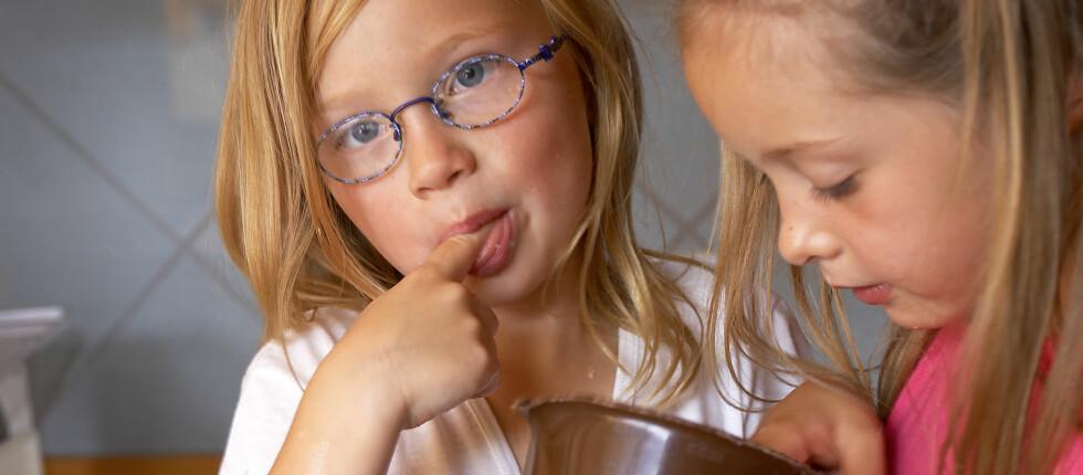 Sett barna i sving på kjøkkenet når de kommer hjem fra skolen - da blir det mindre småspising.  Foto: Colourbox.com