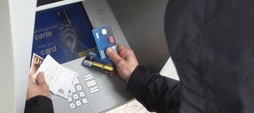 <strong>Nei, nei, nei! Ikke skriv pin-koden din på en lapp i lommeboka! Foto:</strong> Colourbox.com