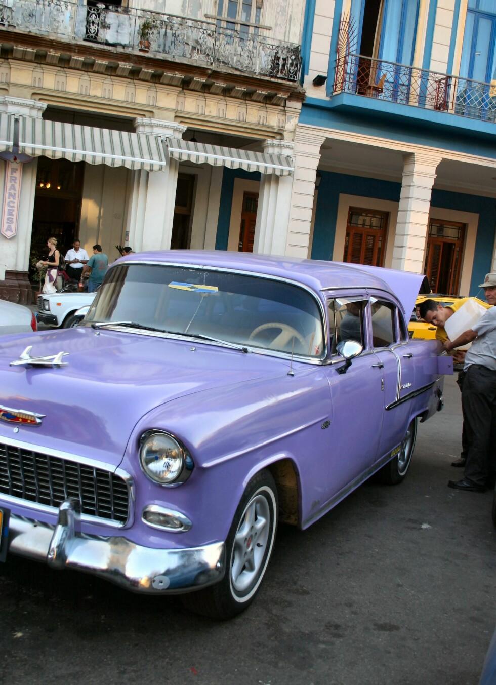 Drømmen er et amerikansk glis. Selv om det finnes mange av dem på Cuba, er det få som har råd til egen bil. Foto: Tove Andersson