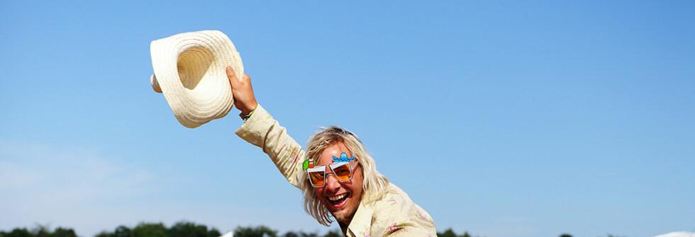 Lånte fjær ... Alex Christensen (32) fra Tønsberg har en festivalgarderobe ulik mange andres. Foto: Hans Kristian Krogh-Hanssen