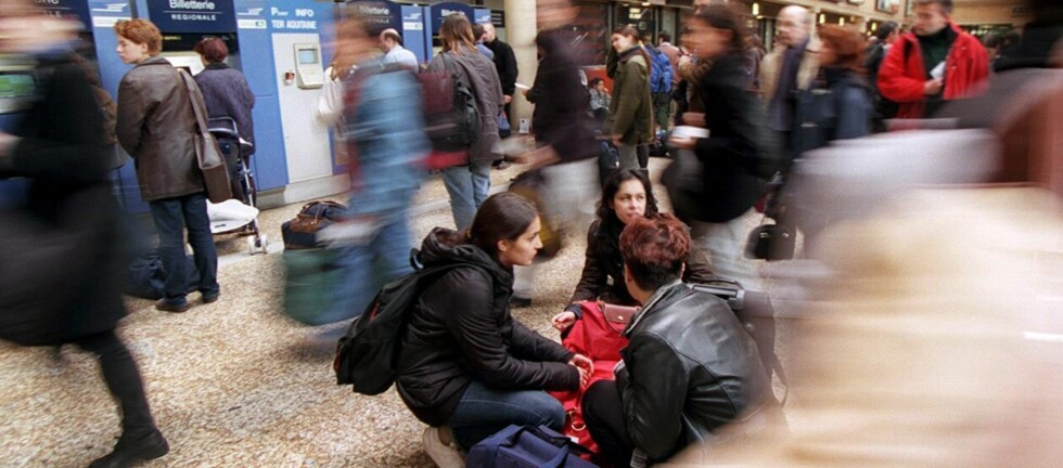 Togstasjoner, flyplasser og andre typiske samlingspunkter kan være uoversiktelige. Pass godt på hvem som titter over skulderen din når du bruker kortautomater, enten det er i en minibank, billautomat eller i en butikk. Foto: colourbox.com