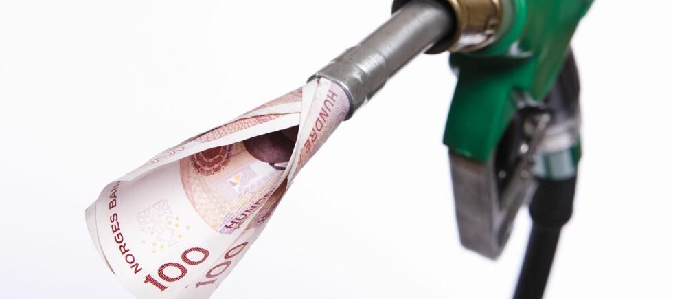 Oljeprisen faller, men hva betyr det for lommeboken din nå? Foto: Colourbox.com