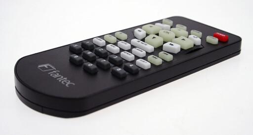 HEVELSE: Det er umulig å bomme på knappene på fjernkontrollen.