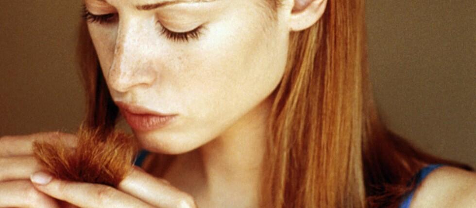 DNA-et i cellene våre angripes stadig vekk av skadelige stoffer. Det gjør at håret blir grått.       Foto: colourbox.com