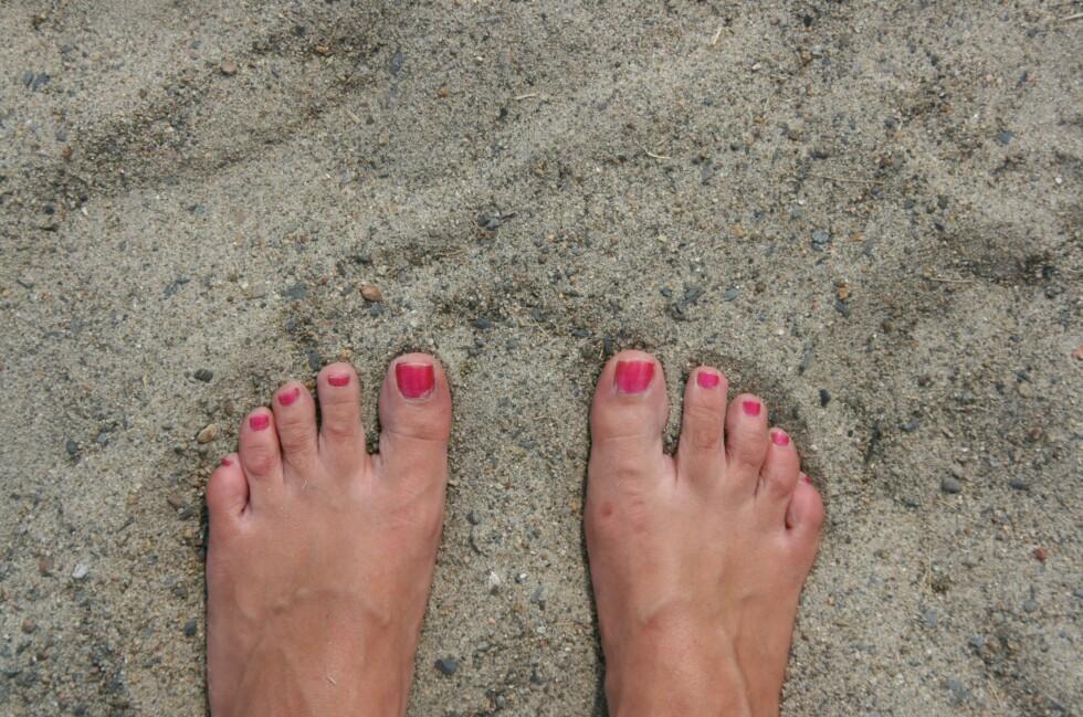 Det er kjørt på tonnevis med sand for å lage de kunstige strendene. Sanden er ganske grovkornet, så ikke forvent silkefølelse mellom tærne. Foto: Stine Okkelmo