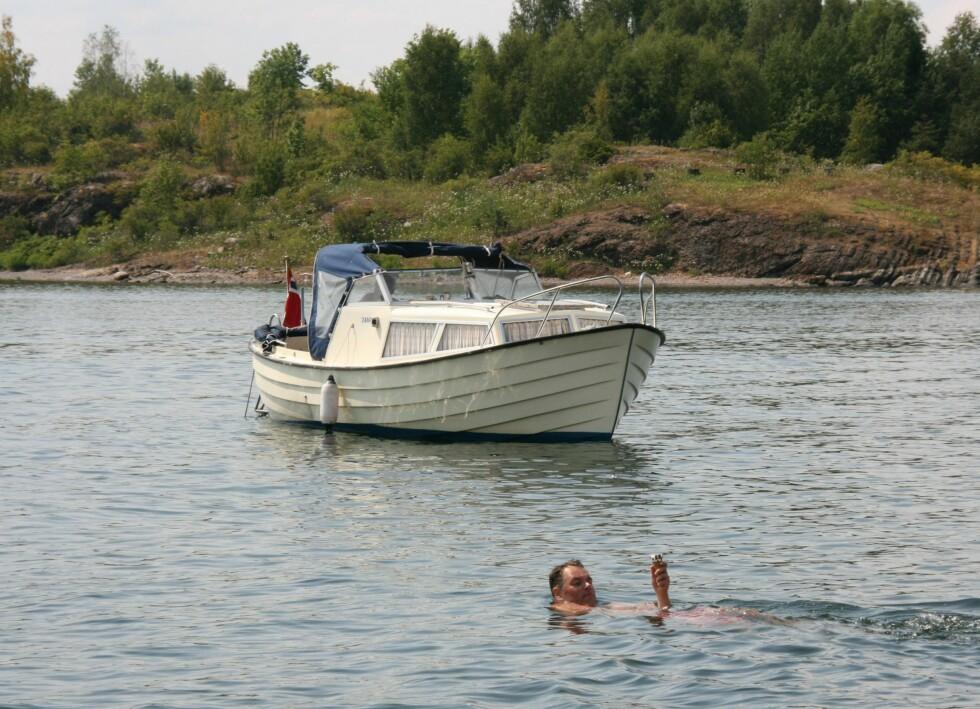 Ikke alle båtførere vet at de faktisk kan legge til ved land. Denne mannen ville helst nyte kroneisen sin i båten, og da var det bare én ting å gjøre... Foto: Stine Okkelmo