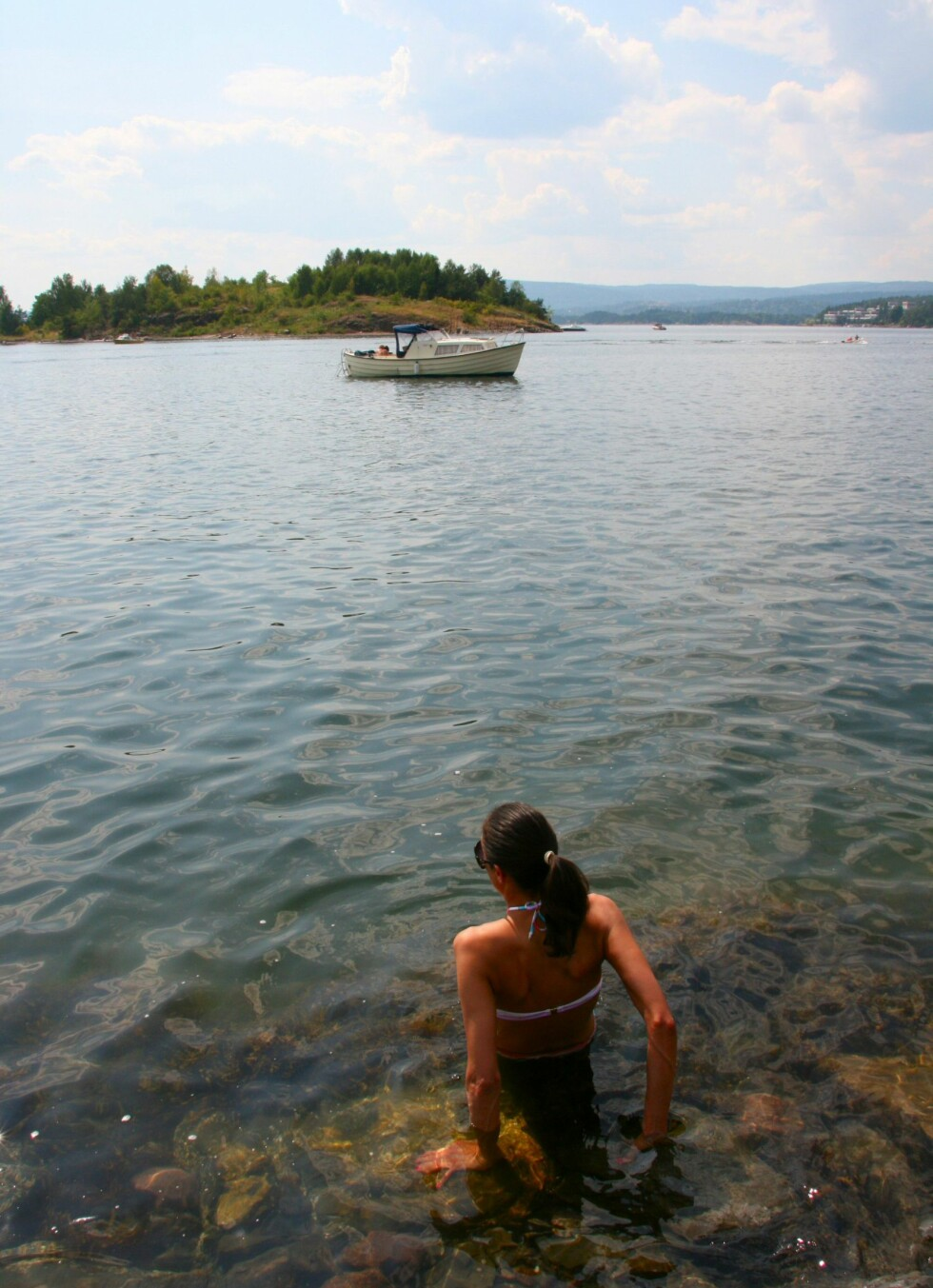 Til og med hun som ALDRI bader hvis vannet ikke er turkisblått og klart, måtte åle seg uti når kvikksølvet målte 32 grader. I vannet var det 24 grader. Foto: Stine Okkelmo
