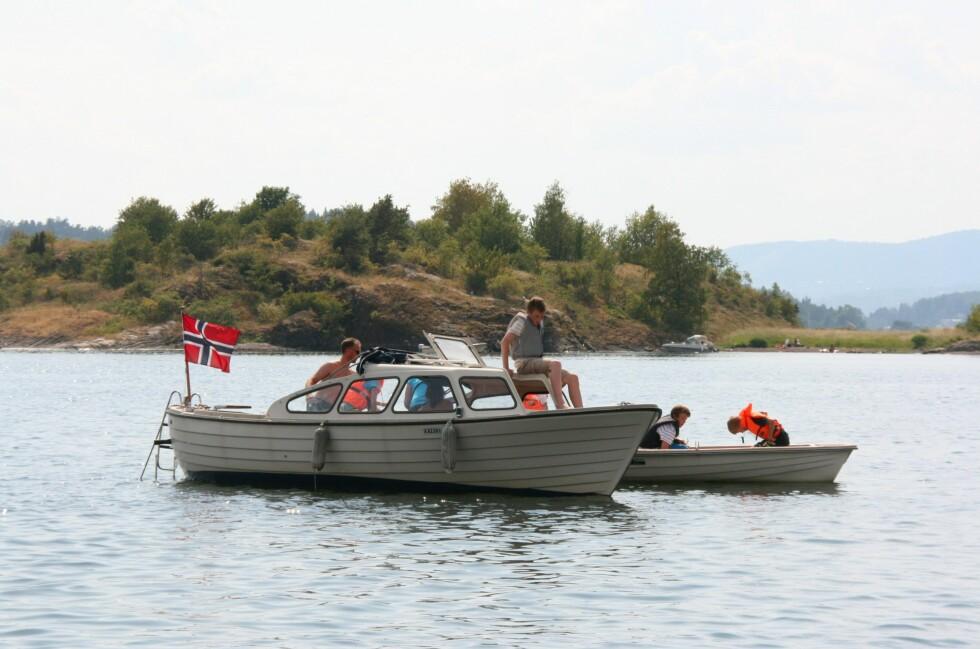 Det var mange båtfolk som tok en sving innom bukta for å ta den nye stranda i øyesyn. Foto: Stine Okkelmo