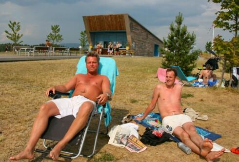 Bernt Huseby og Bjørn Olav Jahr synes Storøyodden er et bra alternativ når de vil på stranda. Foto: Stine Okkelmo