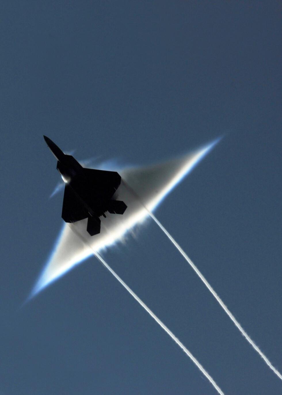 Her bryter F-22 Raptor lydmuren over Alaska.  Foto: U.S. Navy photo by Sonar Technician (Surface) 1st Class Ronald Dejarnett