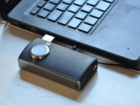 Når du kobler til kameraet via den innebygde USB-pluggen er det dårlig med plass til andre USB-enheter.