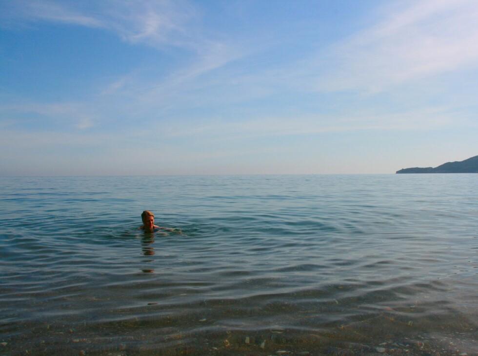Montenegro er et badeparadis på lik linje med Kroatia. Her fra badestranda i Becici, nabobukten til Budva, bare ti minutters kjøring unna. Foto: Stine Okkelmo