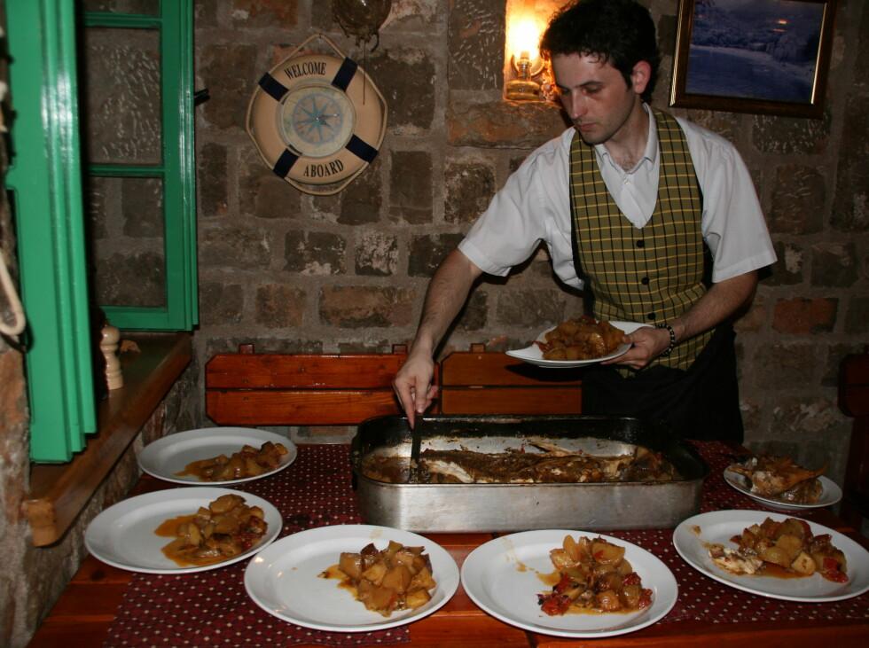 Skal du til Budva, må du spise på det som regnes som områdets beste fiskerestaurant, Restaurant langust, som ligger i Pr¸no, bukten like ved siden av Becici. Hvis du vil ha spesialiteten deres, fiskeform med poteter og masse hvitløk, må du si fra minst en dag i forveien, for denne retten krever lang tilberedningstid.  Foto: Stine Okkelmo