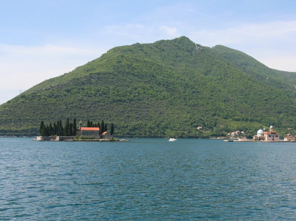 ... de to øyene med hver sin kirke, som ligger like utenfor Perast. Foto: Stine Okkelmo