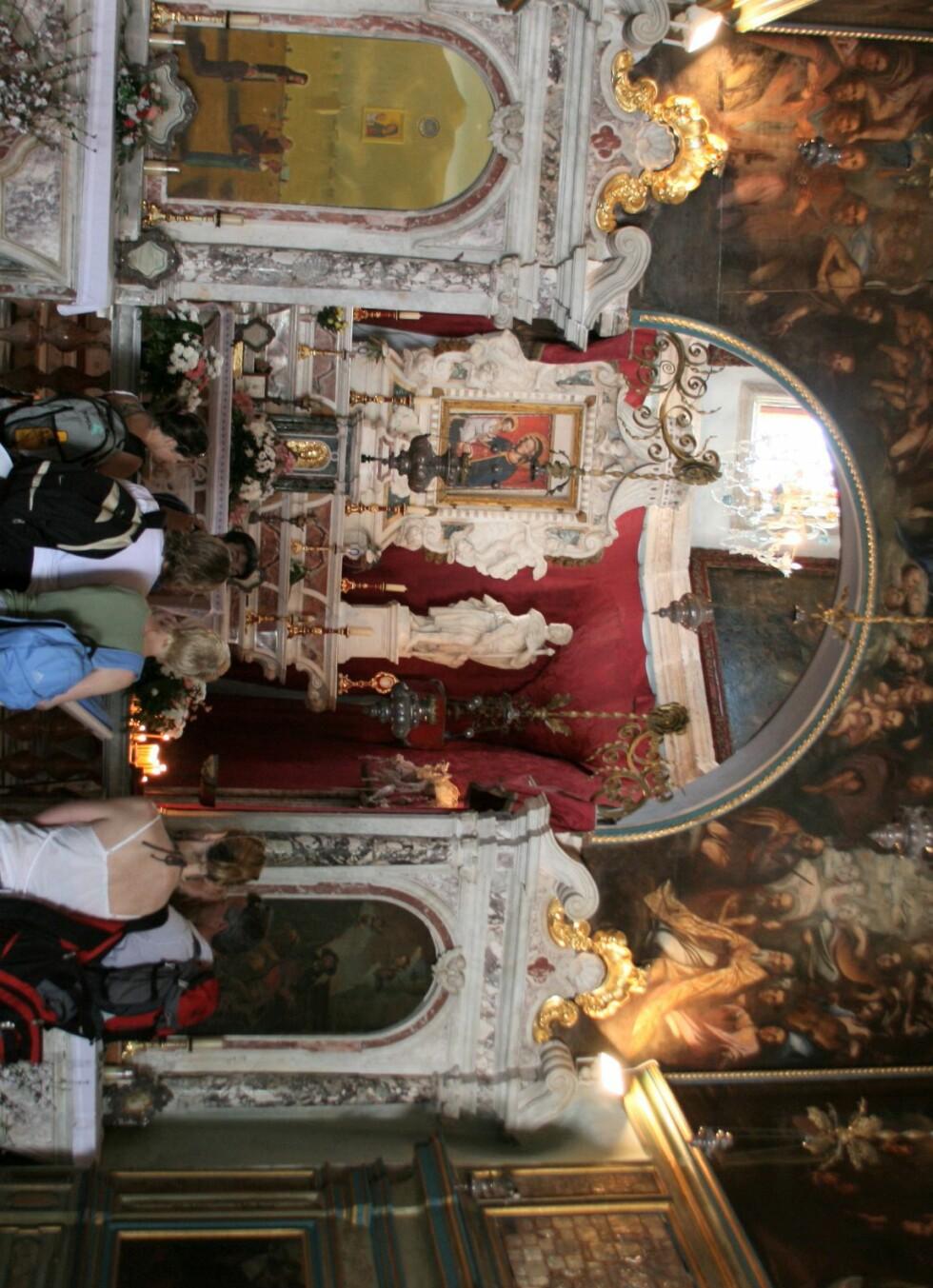Innvendig er kirken flott dekorert. Foto: Stine Okkelmo
