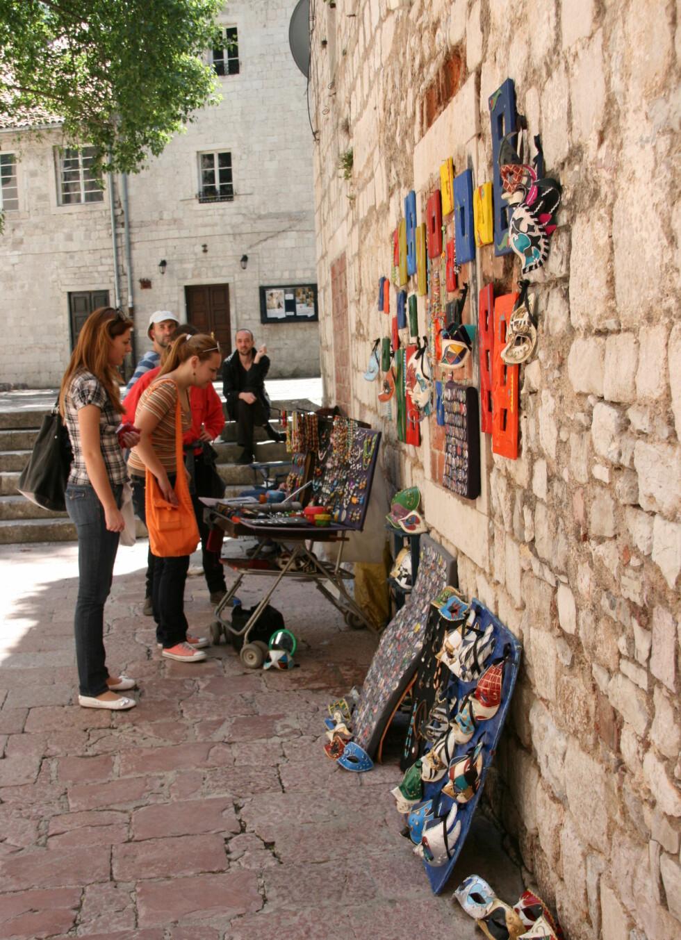 Mye rart å kjøpe hos gateselgerne i Kotors gamleby. Foto: Stine Okkelmo