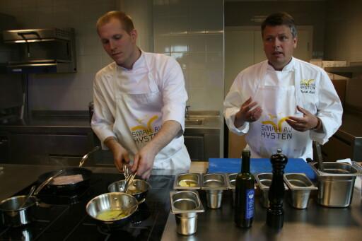 Kokkene Fredrik Hald og Tobias Gustavsen lager sjømat med stor begeistring. Foto: Stine Okkelmo