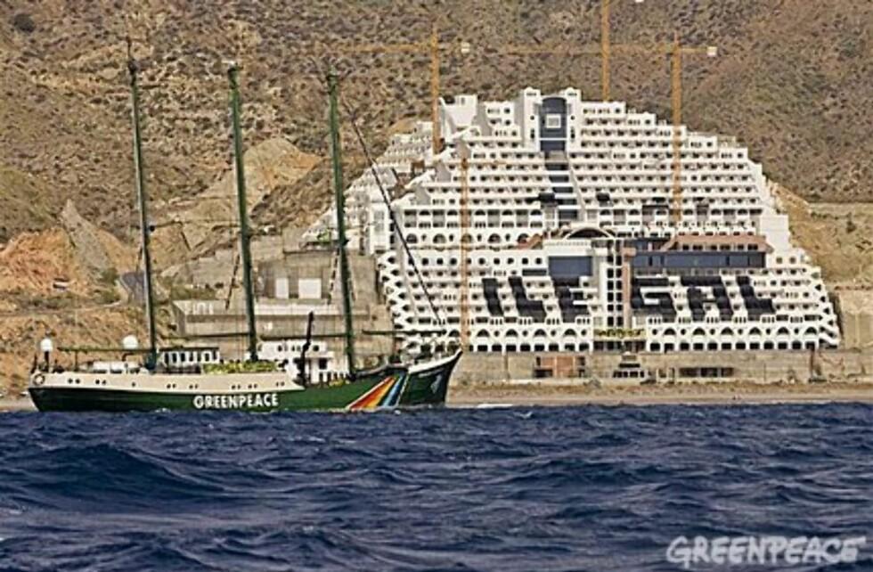 Azata del Sol står halvferdig og troner på en ellers øde strand i naturreservatet Cabo de Gata. Foto: Greenpeace