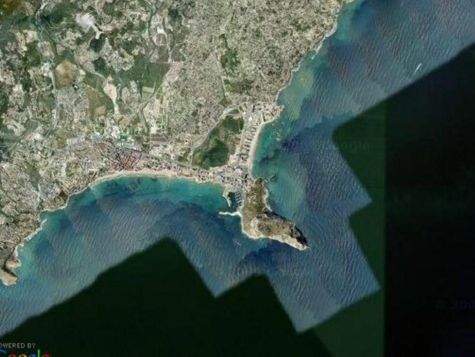 Calpe ved Costa Blanca var en gang svært så idyllisk, men i dag er kysten helt stappfull av hoteller og leilighetsbygninger. Bare selve Peñon Ifach, det lille fjellet som stikker ut i havet, er bevart - dette er et av Spanias minste naturreservat. Foto: Google Maps