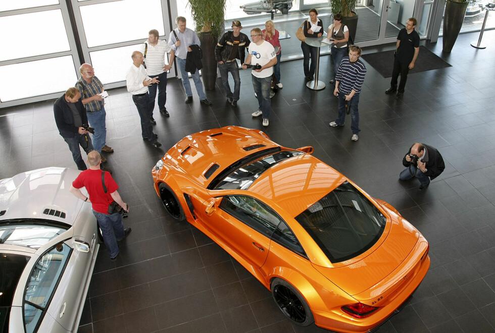 Det norske pressekorpset betrakter en spesialbestilt SL 65 AMG Black Series. Kunden krevde nøyaktig samme oransje som fargen på hans Lamborghini Murciélago. I denne bilen som har et senket og enda stivere understell yter V12-biturbo-motoren 670 hestekrefter.