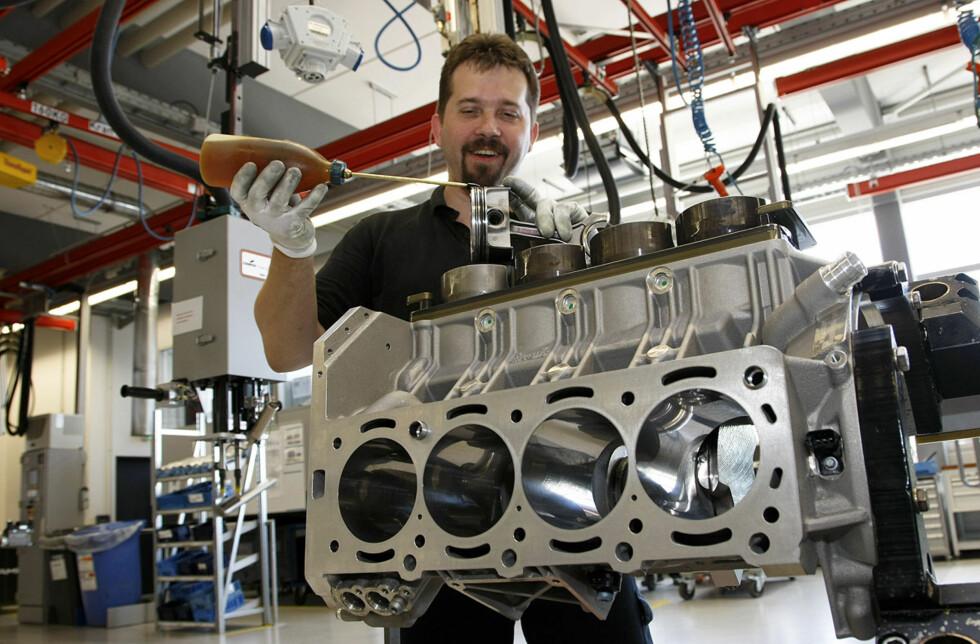 En mann - en motor. Her er vi helt i begynnelsen av prosessen med å bygge en 6,2-liters V8-motor. Arbeiderne er høyt kvalifiserte og de er stolte av å arbeide i Affalterbach.
