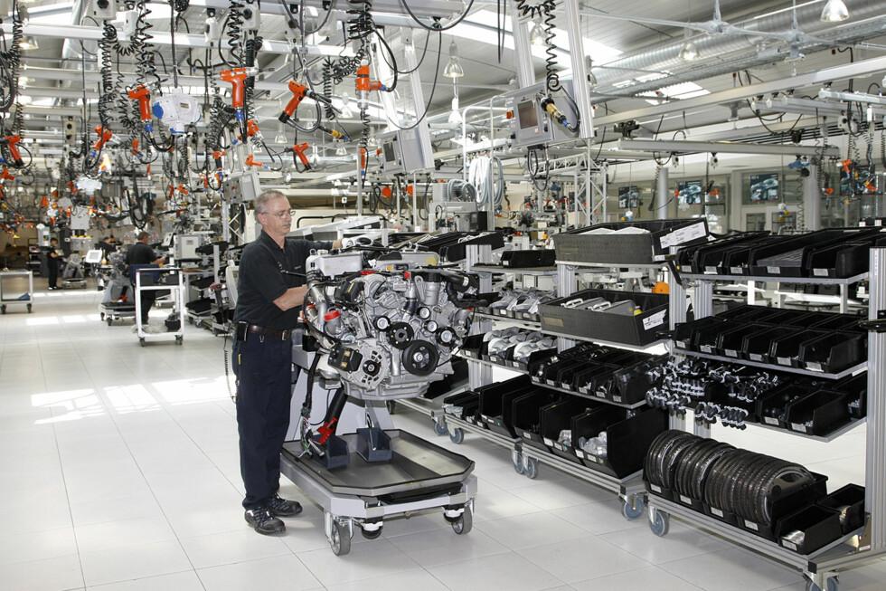 Her settes alle AMG-motorene sammen for hånd etter prinsippet: En motor, én mann. (Vi så ingen kvinnelige arbeidere i fabrikken). Arbeideren går fra arbeidspost til arbeidspost med trallen sin og henter deler, skrur og føyer sammen, smører og registrerer aktiviteten i datasystemet. Når motoren er ferdig etter cirka tre timers arbeide, setter han på metallplaten som bærer hans signatur. Det bygges cirka 20.000 motorer her hvert år.