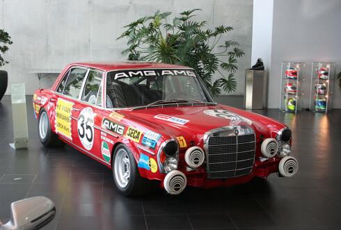 En slik bil var det som for alvor ga AMG sin plass i bil- og motorsporthistorien. Mercedes-Benz 300 SEL AMG: Annen plass i 24-timersløpet på Spa- Francorchamps i 1971 med Hans Heyer og Clemens Schickentanz.