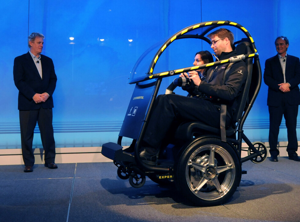 The Project P.U.M.A. electric two-seat prototype vehicle is unveiled by Segway Inc. CEO Jim Norrod (left) and General Motors Vice President Research and Development Project Planning Larry Burns Tuesday, April 7, 2009 in New York. Project P.U.M.A. (Personal Urban Mobility and Accessibility) combines several Segway and GM technologies that increase mobility freedom with zero emissions, enhanced safety, seamless connectivity and reduced congestion in cities. (Photo by Steve Fecht for General Motors)  (United States) Foto: Wieck