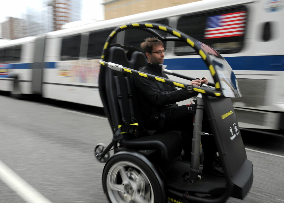 The Project P.U.M.A. electric two-seat prototype vehicle with just two wheels - a collaboration between General Motors and Segway - drives up 18th Street in New York City Tuesday, April 7, 2009. The Project P.U.M.A. (Personal Urban Mobility and Accessibility) vehicle combines several Segway and GM technologies that increase mobility freedom with zero emissions, enhanced safety, seamless connectivity and reduced congestion in cities. (Photo by Steve Fecht for General Motors)  (United States) Foto: Wieck