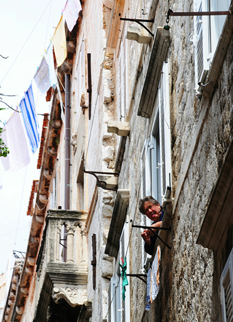 Like nysgjerrig på turistene som de er på henne. Foto: Hans Kristian Krogh-Hanssen