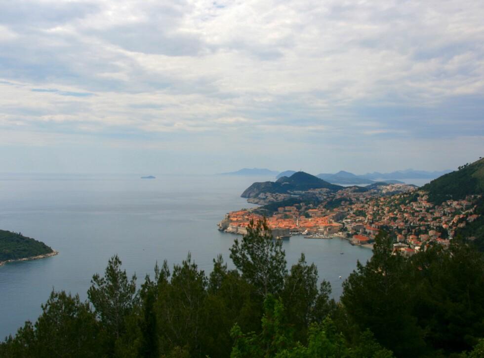 Fra den svingete veien som går fra Dubrovnik og sørover er det finfin utsikt til byen. Foto: Stine Okkelmo