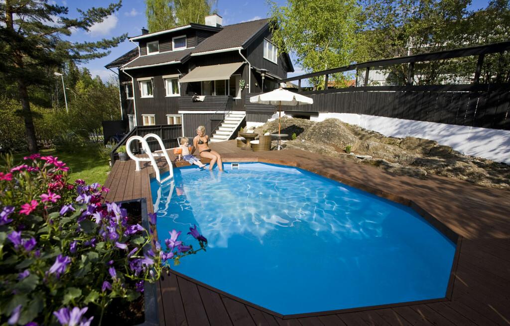 Hos familien Holsback i Bærum er det et par og tyve grader i vannet - hele året. Det nyter også naboens barn (bildet) godt av.  Foto: Per Ervland
