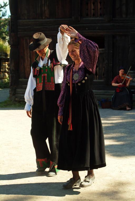 17. mai er dagen for å vise frem bunadsstasen, og folkedanstrinnene, dersom du kan dem. Foto: Nancy Bundt/Innovasjon Norge