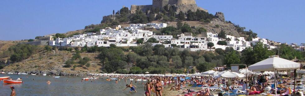 Lindos på Rhodos er en vakker by med en langgrunn sandstrand. Foto: Nikos Kouloumpris