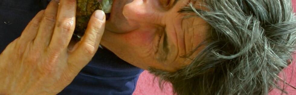 Gilles Dupuy tar for seg av en verdenskjent delikatesse. Foto: Stine Okkelmo