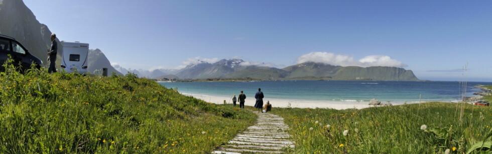Du finner ikke vakrere veistrekninger enn de Nasjonale turistvegene. Her fra Rambergstranda i Flakstad, Nasjonal Turistveg Lofoten. Foto: Jarle Wæhler/Statens Vegvesen