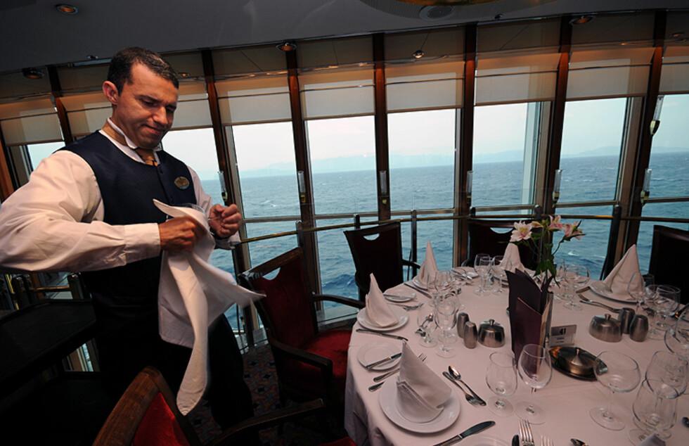 Han er en av 150 kelnere som skal servere de 1.600 passasjerene middag. Foto: Hans Kristian Krogh-Hanssen