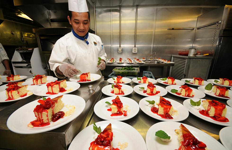 På cruise spiser passasjerene mer enn de vanligvis gjør hjemme. Dermed er denne mannen, som står for dessertene, en viktig mann. Foto: Hans Kristian Krogh-Hanssen