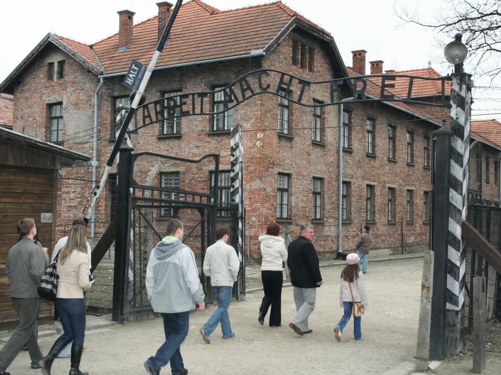 Inn den kjente porten med den totalt misvisende inskripsjonen. Foto: Sindre Storvoll