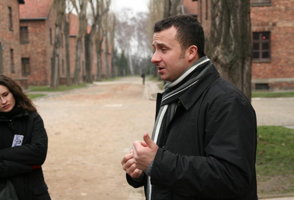 Den polske guiden Marcin Szatsko forteller om grusomhetene som skjedde i konsentrasjonsleirene. Foto: Sindre Storvoll
