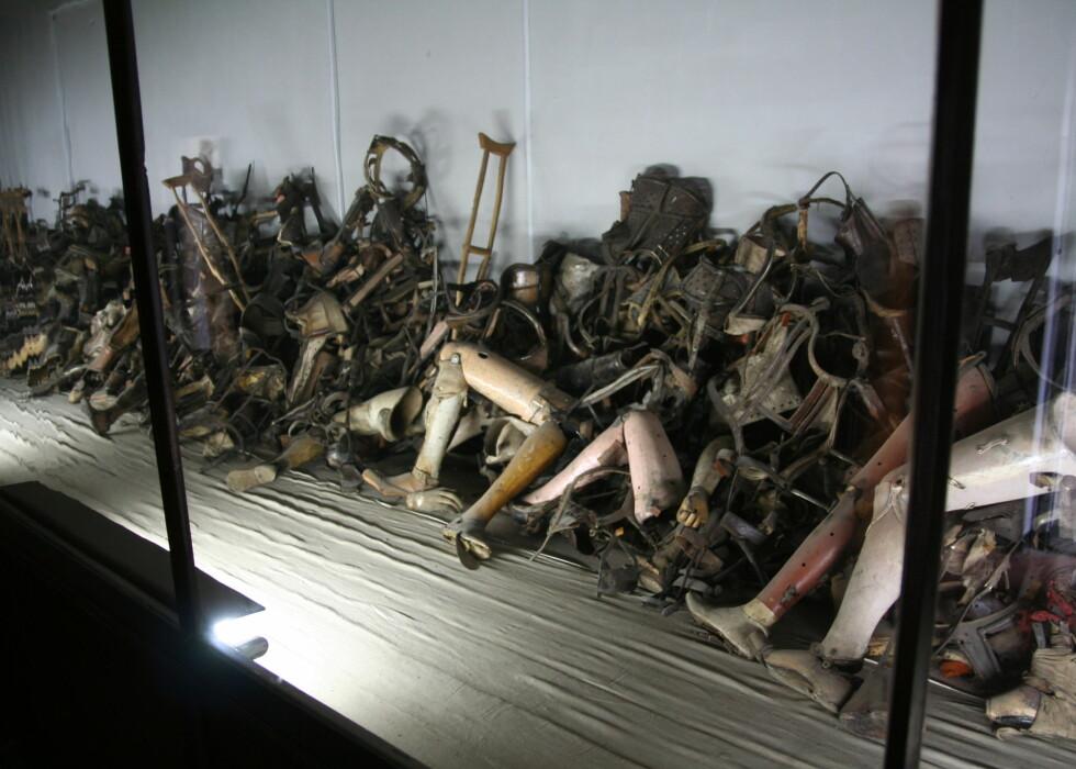 I museet kan du se eiendelene til fangene. Det utrolige antallet sier sitt om hvor mange som ble tatt livet av. Foto: Sindre Storvoll