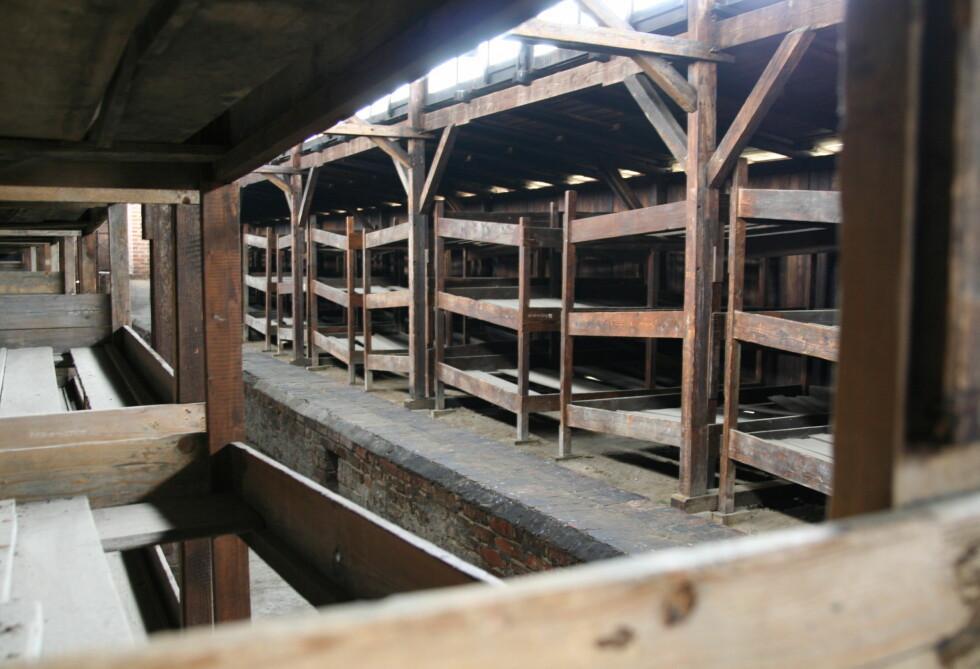 Slik sov de mannlige fangene i Birkenau - fem stykker ble klemt sammen i en køyeseng. Foto: Sindre Storvoll